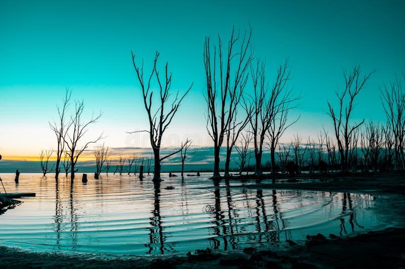 Ηλιοβασίλεμα σε μια λίμνη στοκ φωτογραφίες