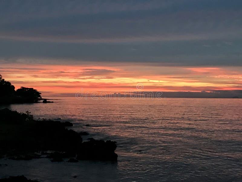 Ηλιοβασίλεμα σε Anchieta Παραλία στο βραζιλιάνο νοτιοανατολικό σημείο στοκ φωτογραφία