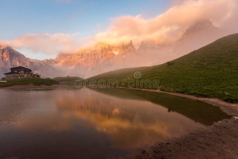 Ηλιοβασίλεμα σε Passo Rolle - τη λίμνη Baita Segantini στη σειρά βουνών δολομίτη, Ιταλία στοκ φωτογραφίες