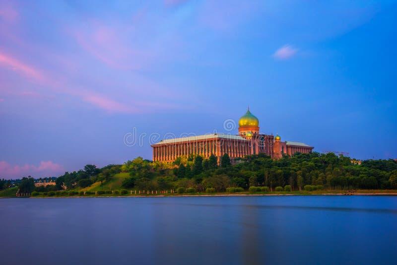 Ηλιοβασίλεμα σε Perdana Putra και τη λίμνη Putrajaya στη Μαλαισία στοκ φωτογραφία με δικαίωμα ελεύθερης χρήσης