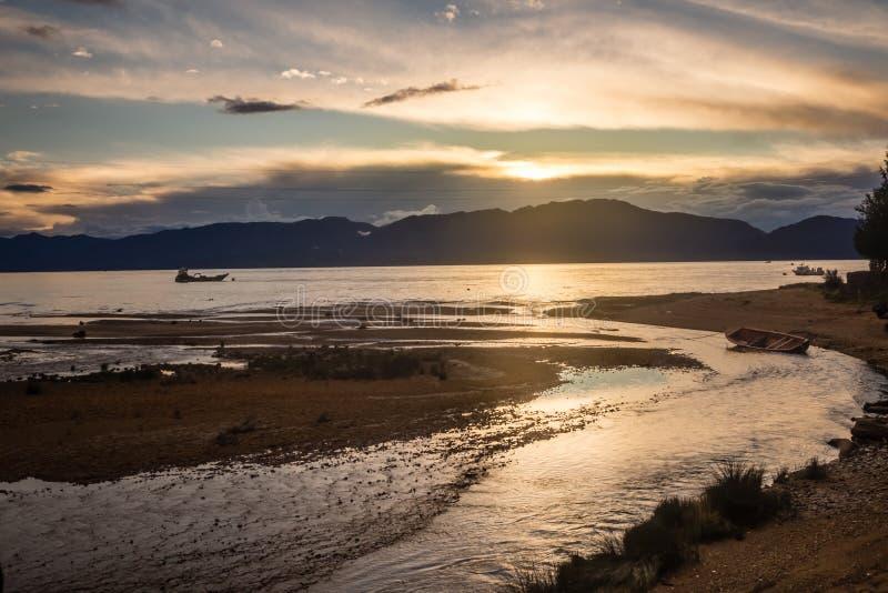 Ηλιοβασίλεμα σε Puerto Cisnes σε Carretera νότια Χιλή, Παταγωνία στοκ φωτογραφίες