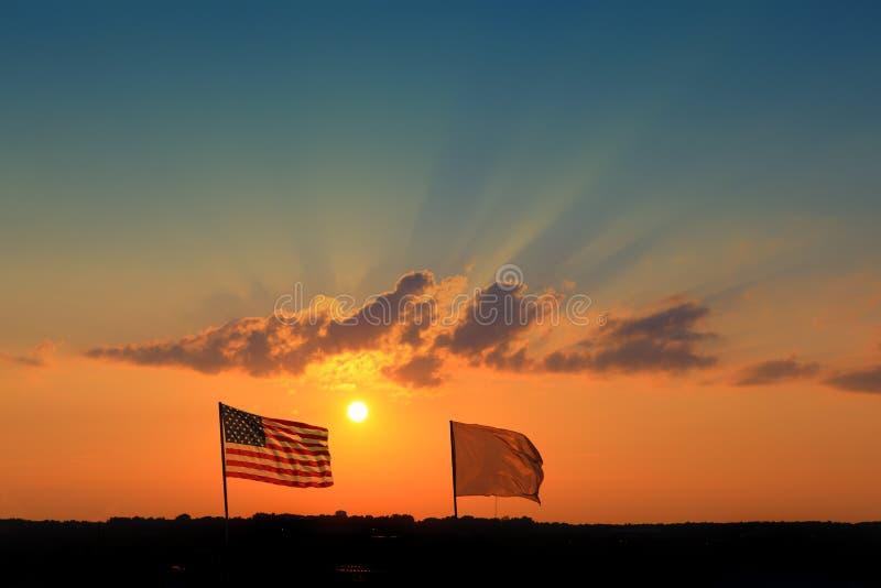 ηλιοβασίλεμα σημαιών στοκ εικόνες με δικαίωμα ελεύθερης χρήσης