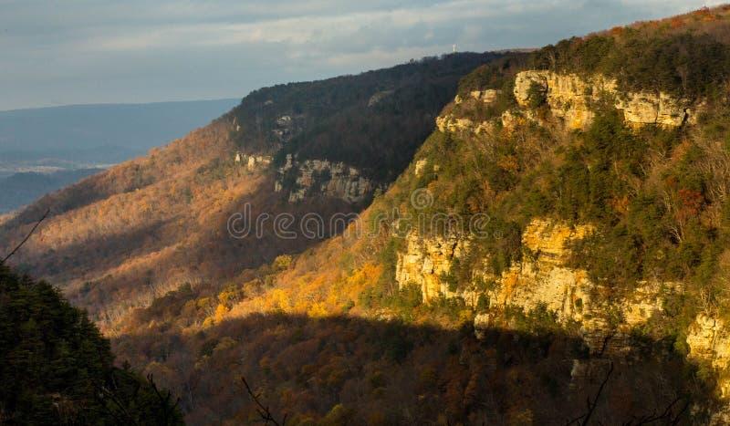 Ηλιοβασίλεμα στα βουνά με τα δέντρα στοκ φωτογραφία με δικαίωμα ελεύθερης χρήσης
