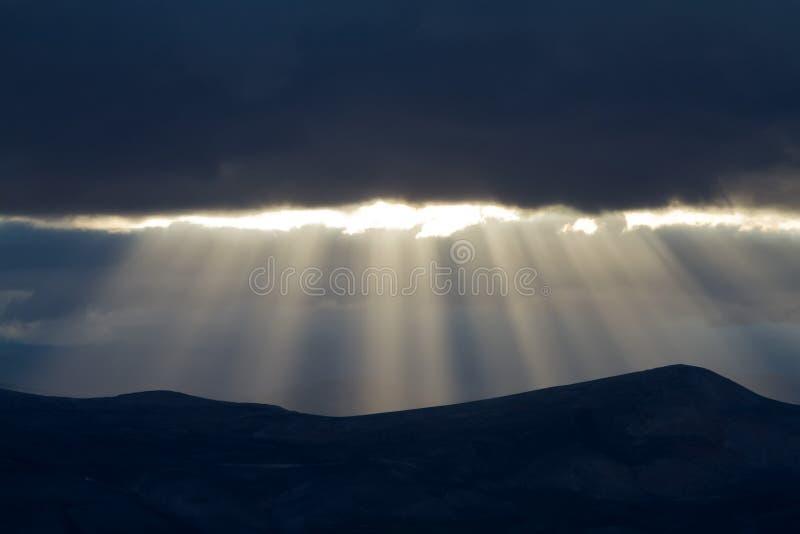 Ηλιοβασίλεμα στα βουνά με τις ηλιαχτίδες στοκ εικόνες