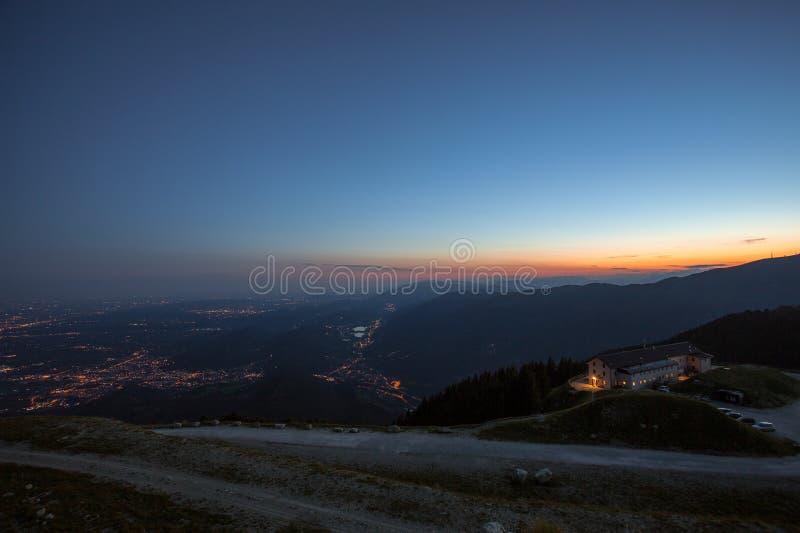 Ηλιοβασίλεμα στα ενετικές prealps και την καλύβα βουνών Vittorio Βένετο, στοκ εικόνες με δικαίωμα ελεύθερης χρήσης