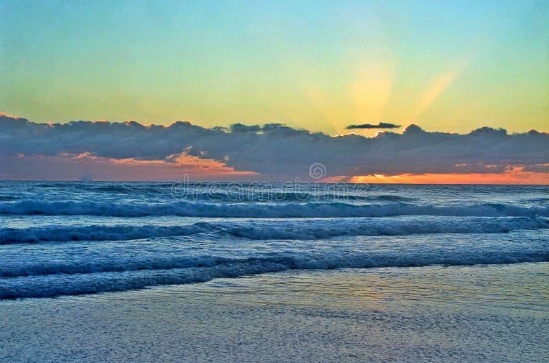 Ηλιοβασίλεμα στην ακτή Goald στοκ εικόνες