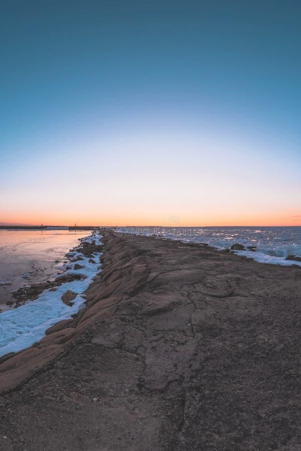 Ηλιοβασίλεμα στην αποβάθρα από την παγωμένη θάλασσα της Βαλτικής στοκ εικόνες με δικαίωμα ελεύθερης χρήσης