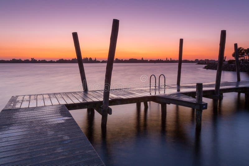 Ηλιοβασίλεμα στην αποβάθρα λιμνών Westeinderplassen, Ολλανδία στοκ φωτογραφίες με δικαίωμα ελεύθερης χρήσης