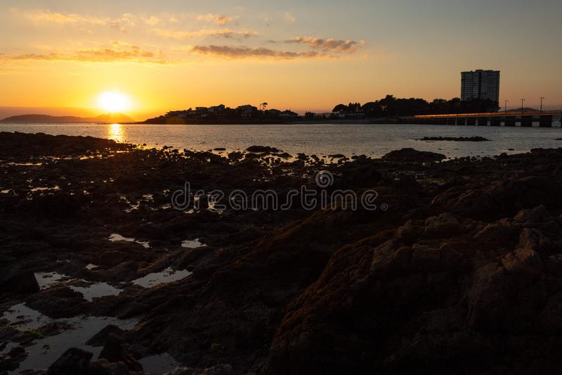 Ηλιοβασίλεμα στην εκβολή του Vigo στοκ εικόνα