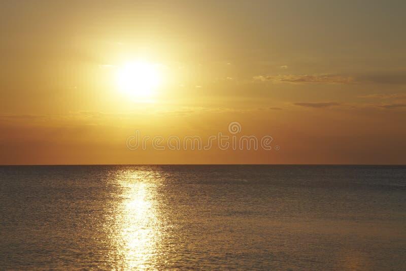 Ηλιοβασίλεμα στην επίπεδη θάλασσα Ανοικτό πορτοκαλί αντανάκλαση στα κύματα στοκ φωτογραφίες με δικαίωμα ελεύθερης χρήσης