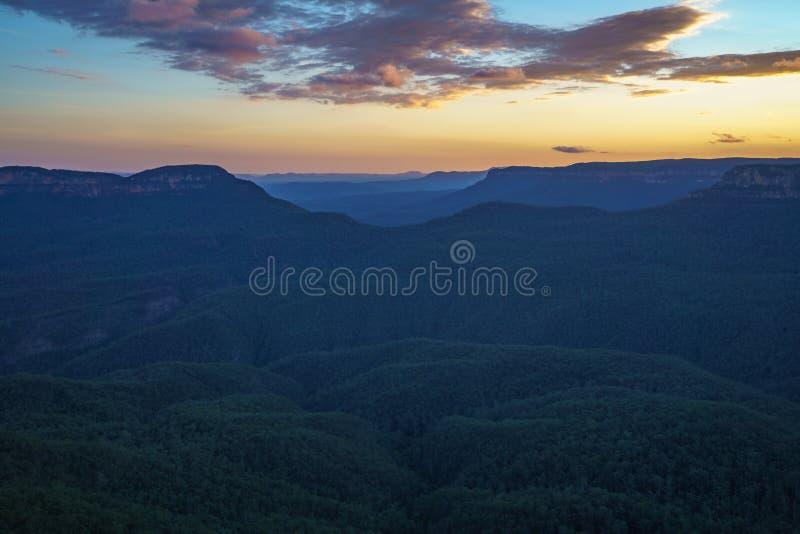 Ηλιοβασίλεμα στην επιφυλακή τριών αδελφών, μπλε βουνά, Αυστραλία 45 στοκ εικόνες