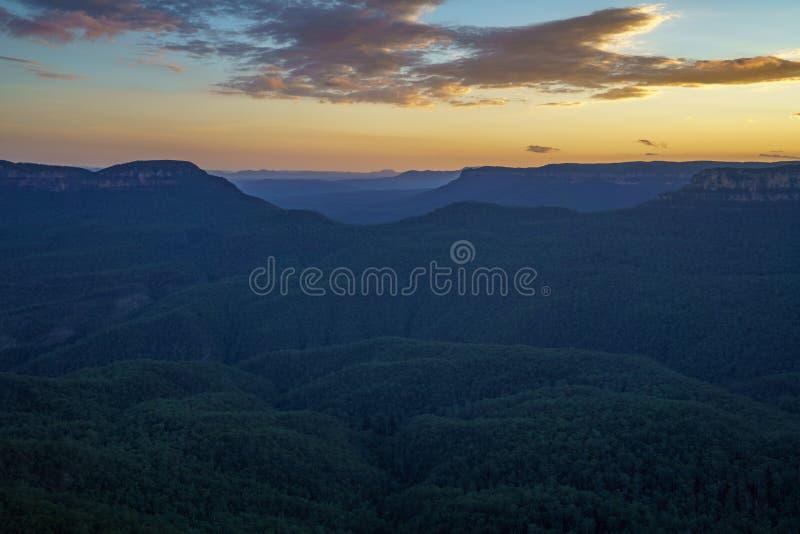 Ηλιοβασίλεμα στην επιφυλακή τριών αδελφών, μπλε βουνά, Αυστραλία 44 στοκ εικόνες