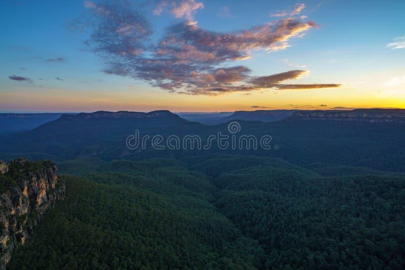 Ηλιοβασίλεμα στην επιφυλακή τριών αδελφών, μπλε βουνά, Αυστραλία 51 στοκ φωτογραφία με δικαίωμα ελεύθερης χρήσης