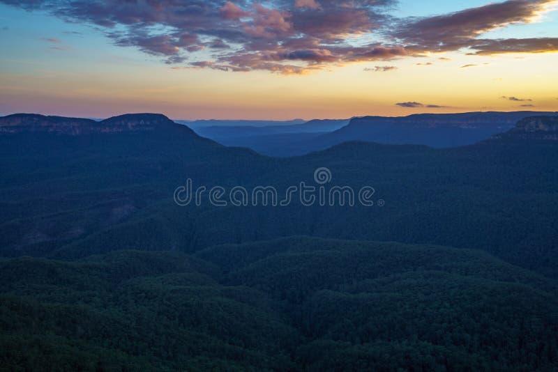 Ηλιοβασίλεμα στην επιφυλακή τριών αδελφών, μπλε βουνά, Αυστραλία 49 στοκ φωτογραφίες