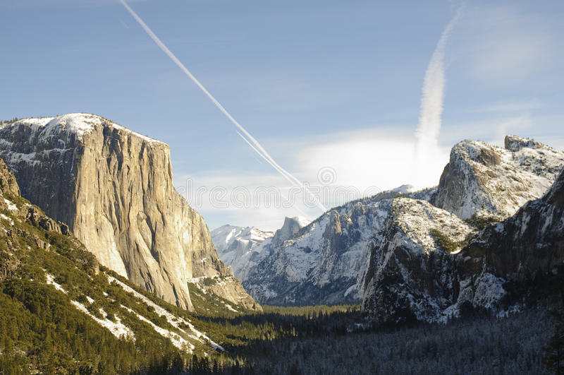Download Ηλιοβασίλεμα στην κοιλάδα Yosemite Στοκ Εικόνες - εικόνα από δέντρα, φυσικός: 13181760