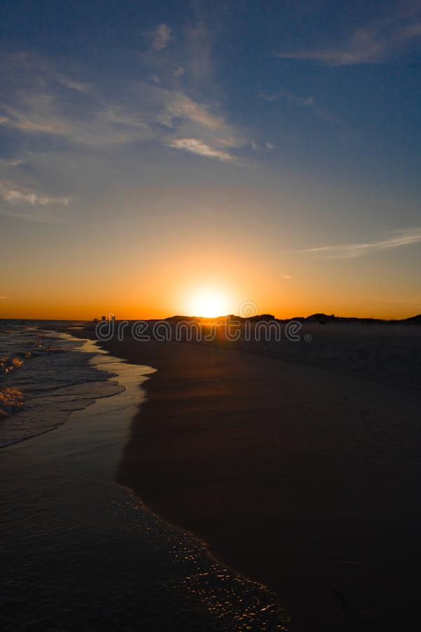Ηλιοβασίλεμα στην παραλία με την κυματωγή στοκ εικόνες