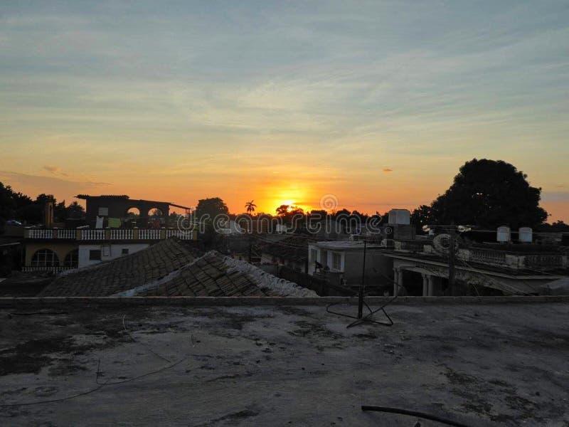 ηλιοβασίλεμα στην παραλία με τους φοίνικες στοκ φωτογραφία με δικαίωμα ελεύθερης χρήσης