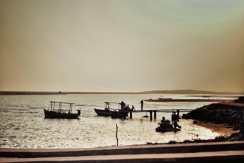 Ηλιοβασίλεμα στην παραλία με το κλείσιμο των βαρκών στοκ φωτογραφίες