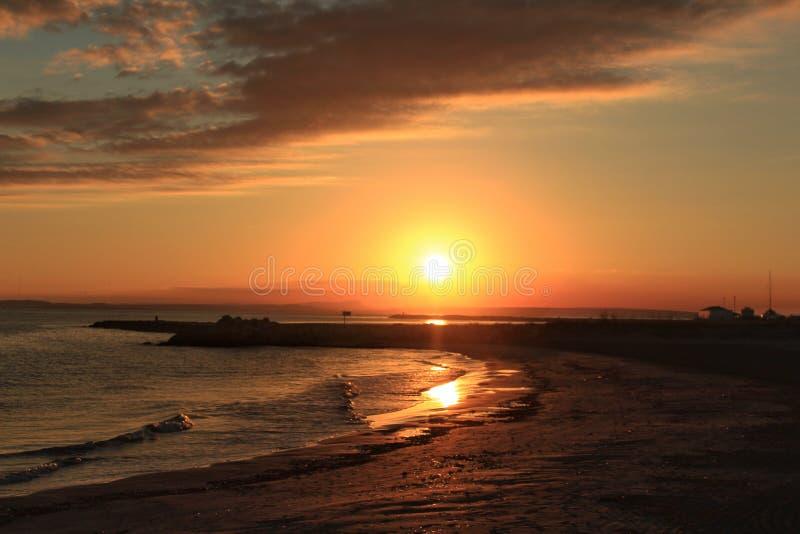 Ηλιοβασίλεμα στην παραλία σε Santa Pola, Αλικάντε Ισπανία στοκ εικόνες