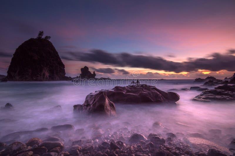 Ηλιοβασίλεμα στην παραλία Watulumbung, Gunungkidul, Yogyakarta στοκ εικόνες