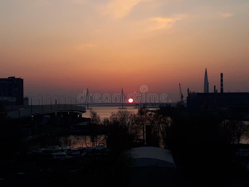 Ηλιοβασίλεμα στην πόλη, Αγία Πετρούπολη, Ρωσία στοκ φωτογραφία με δικαίωμα ελεύθερης χρήσης
