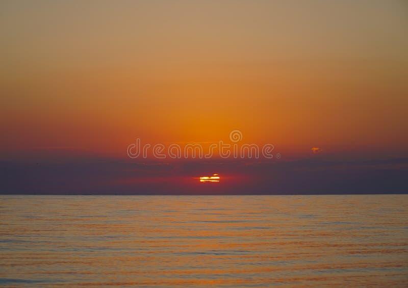Ηλιοβασίλεμα στην όμορφη παραλία θάλασσας στοκ εικόνα με δικαίωμα ελεύθερης χρήσης