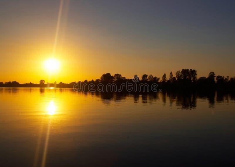 Ηλιοβασίλεμα στην όχθη ποταμού στοκ εικόνες με δικαίωμα ελεύθερης χρήσης