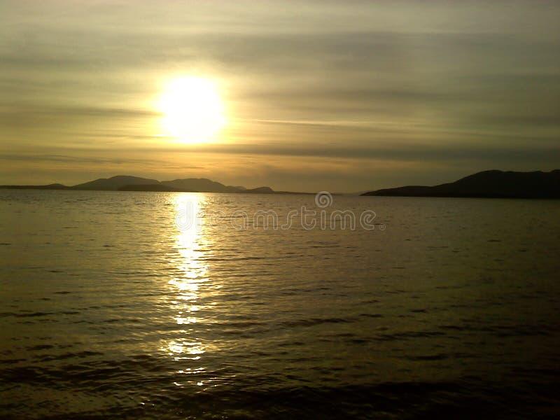 Ηλιοβασίλεμα στη δυτική ακτή στοκ εικόνες