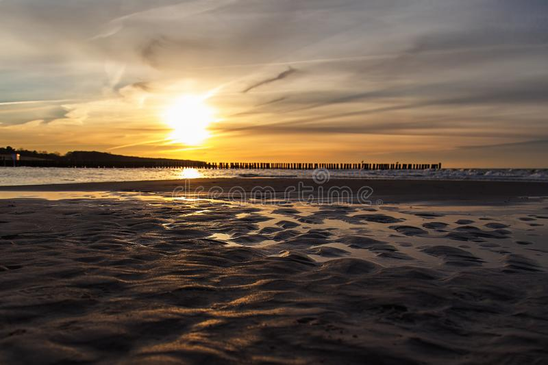Ηλιοβασίλεμα στη θάλασσα της Βαλτικής σε $ροστόκ-Warnemà ¼ nde, Γερμανία στοκ φωτογραφία