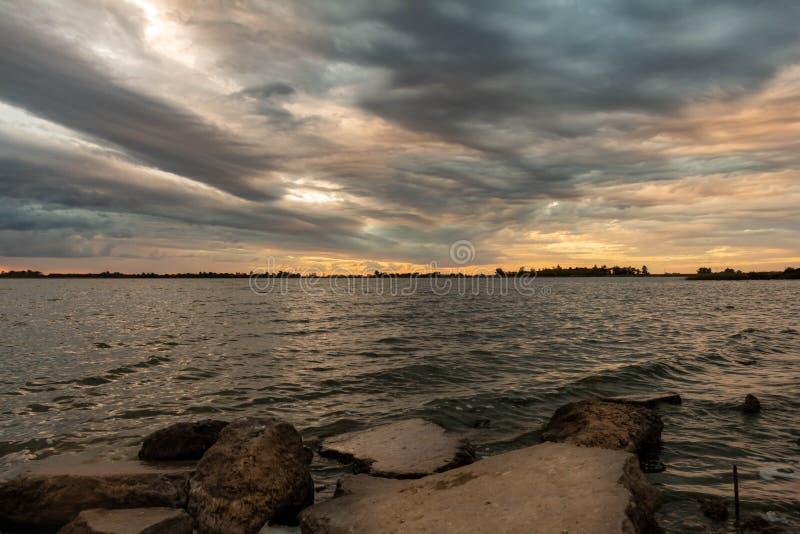 Ηλιοβασίλεμα στη λίμνη κατά τη διάρκεια μιας θύελλας στοκ εικόνα με δικαίωμα ελεύθερης χρήσης