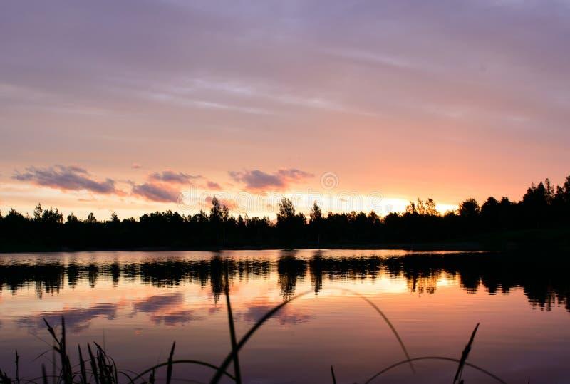 Ηλιοβασίλεμα στη λίμνη στοκ εικόνα