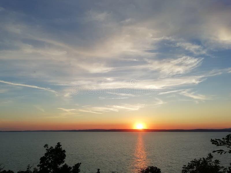 Ηλιοβασίλεμα στη λίμνη Balaton στοκ εικόνες