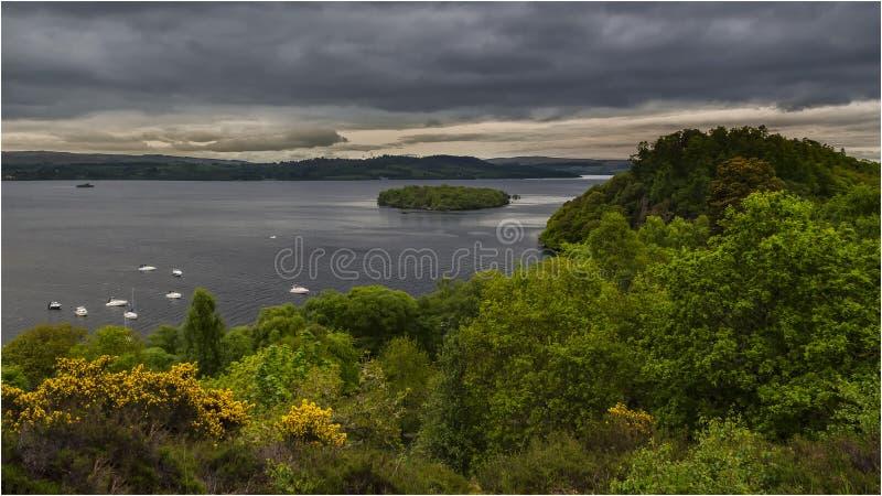 Ηλιοβασίλεμα στη λίμνη Lomond - Σκωτία στοκ εικόνες