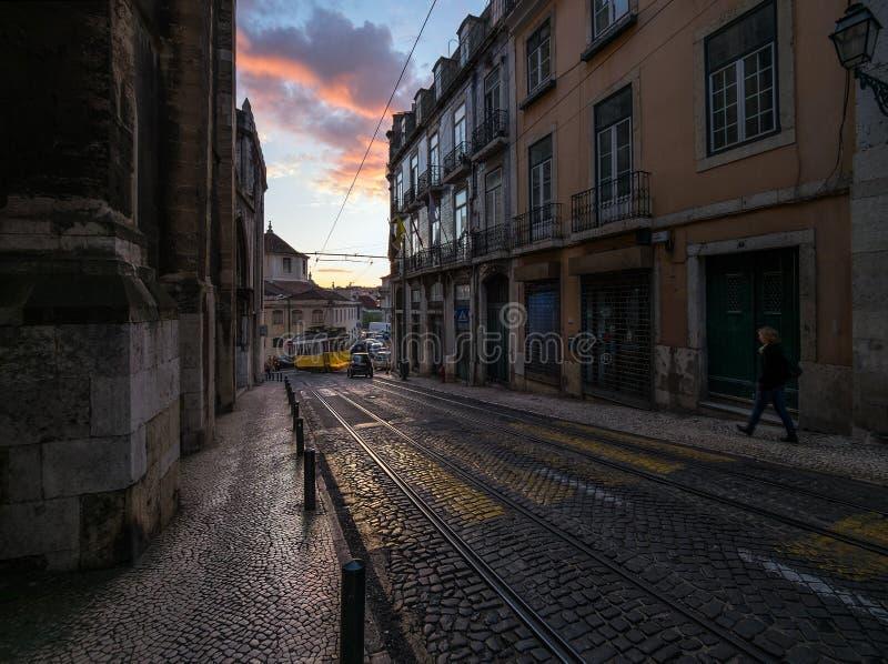 Ηλιοβασίλεμα στις οδούς της Λισσαβώνας τραμ Πορτογαλία στοκ εικόνα με δικαίωμα ελεύθερης χρήσης