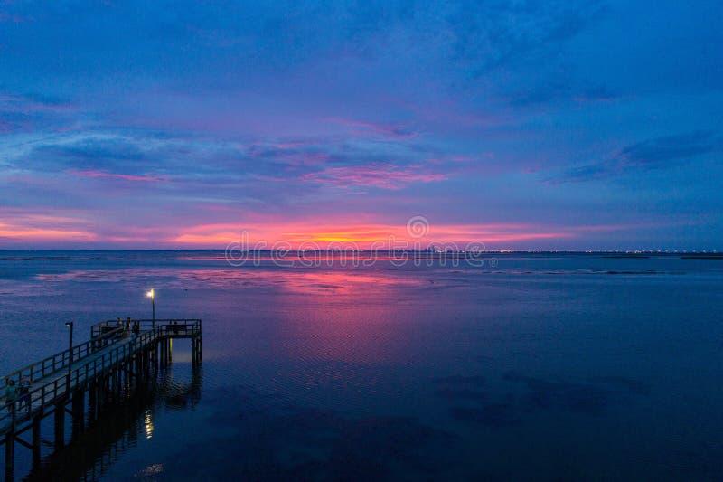 Ηλιοβασίλεμα στον κινητό κόλπο από τη Daphne, Αλαμπάμα στοκ εικόνα