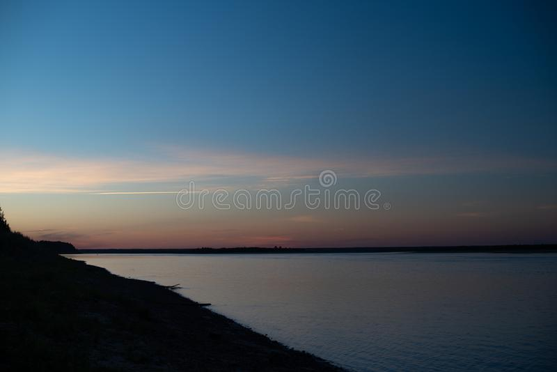 Ηλιοβασίλεμα στον ποταμό r πικ-νίκ στοκ εικόνα με δικαίωμα ελεύθερης χρήσης