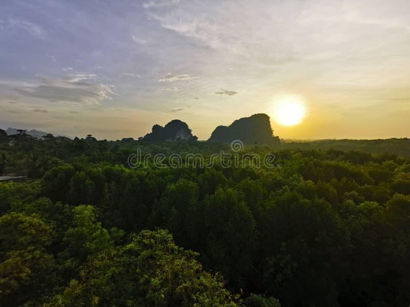 Ηλιοβασίλεμα στον πράσινο λόφο βουνών στο δάσος μαγγροβίων στο δάσος φύσης σε Krabi σε Krabi, Ταϊλάνδη στοκ φωτογραφία με δικαίωμα ελεύθερης χρήσης