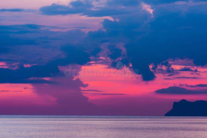 Ηλιοβασίλεμα στον ωκεανό στο νησί Ko Samui στοκ εικόνες