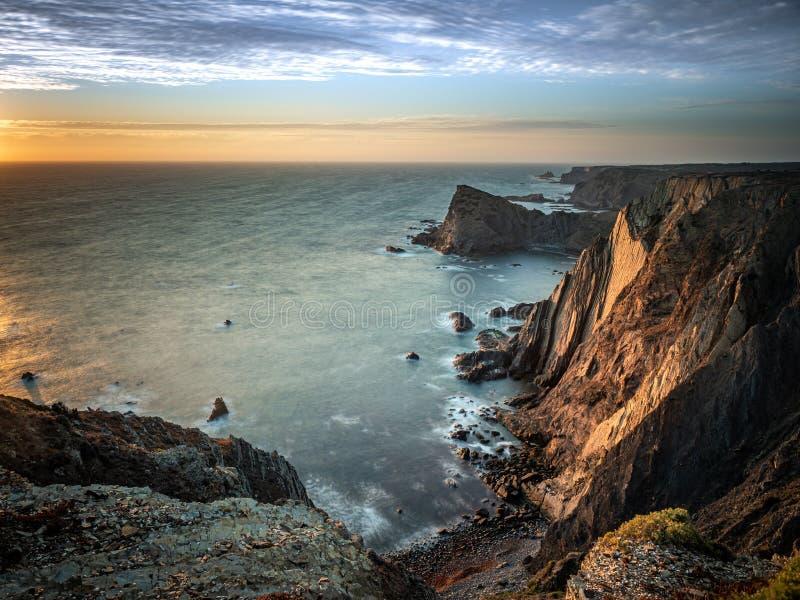Ηλιοβασίλεμα στους απότομους βράχους σε Arrifana στοκ φωτογραφία με δικαίωμα ελεύθερης χρήσης