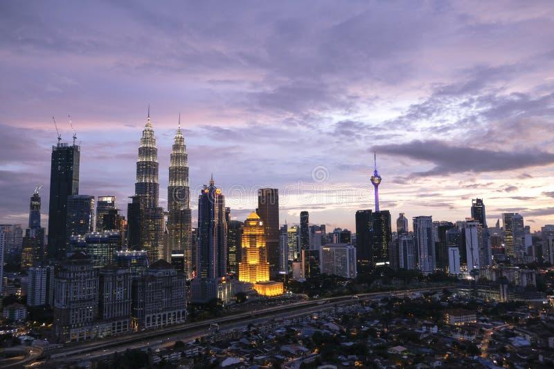 Ηλιοβασίλεμα στους δίδυμους πύργους KLCC στοκ φωτογραφία