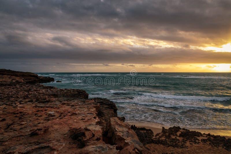 Ηλιοβασίλεμα στο ακρωτήριο στην τήβεννο, Νότια Αυστραλία στοκ εικόνα με δικαίωμα ελεύθερης χρήσης