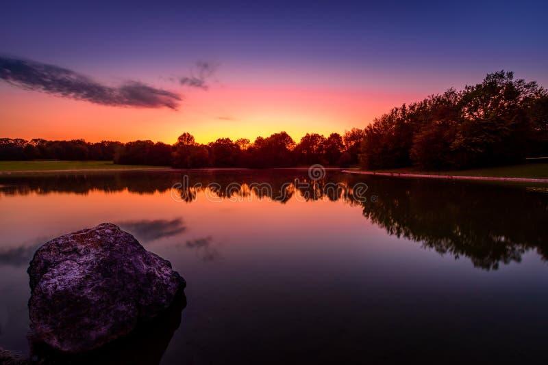 Ηλιοβασίλεμα στο ανατολικό πάρκο Μόναχο στοκ φωτογραφίες