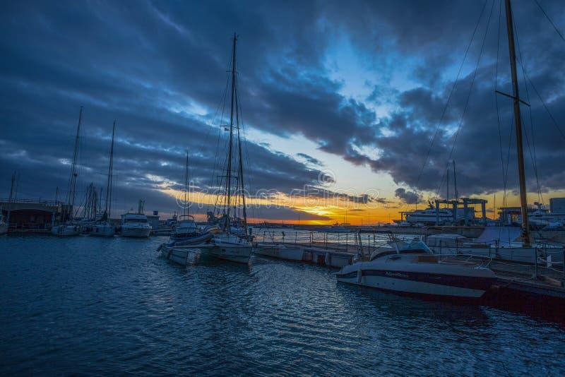 Ηλιοβασίλεμα στο δίκαιο Fiera λιμάνι Di Γένοβα της Γένοβας, Ιταλία στοκ εικόνα