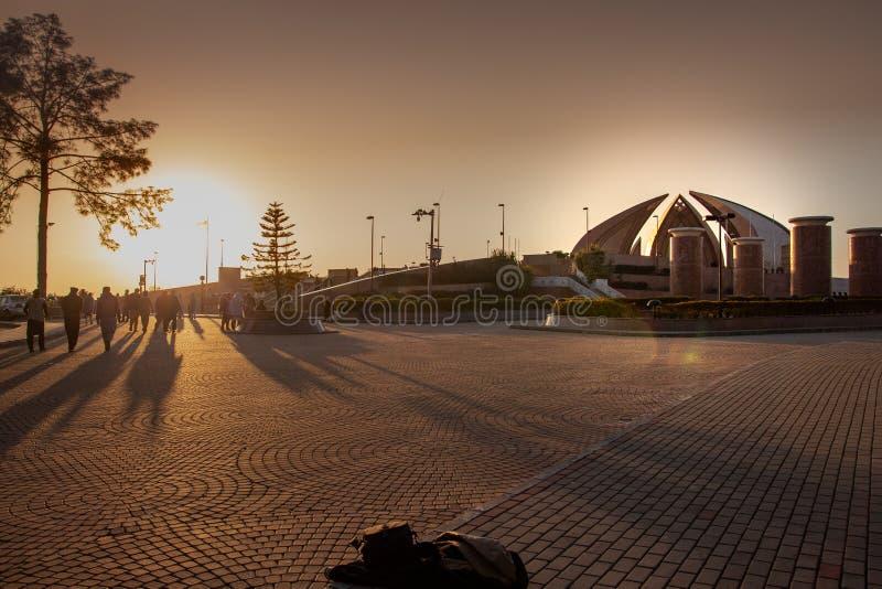 Ηλιοβασίλεμα στο διάσημο μνημείο του Πακιστάν στοκ εικόνες