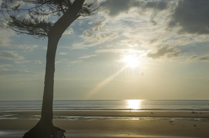 Ηλιοβασίλεμα στο θαλάσσιο τοπίο Ασιατική φύση στοκ εικόνα με δικαίωμα ελεύθερης χρήσης