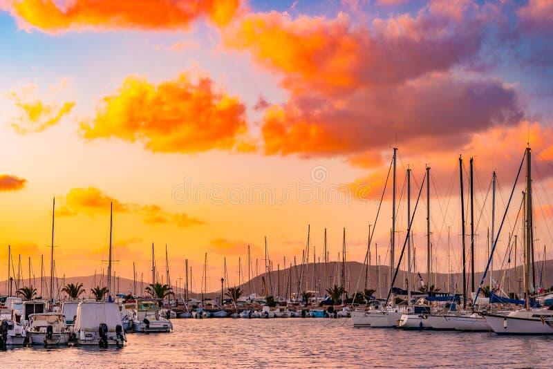 Ηλιοβασίλεμα στο λιμάνι σε Alghero, Σαρδηνία, Ιταλία στοκ φωτογραφία