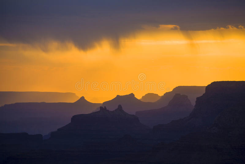 Ηλιοβασίλεμα στο μεγάλο φαράγγι που βλέπει από το σημείο όψης ερήμων, νότιο πλαίσιο στοκ εικόνα