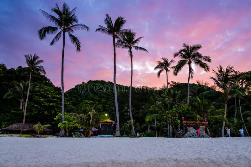 Ηλιοβασίλεμα στο νησί περιτυλίξεων Ko Wua TA στοκ εικόνες