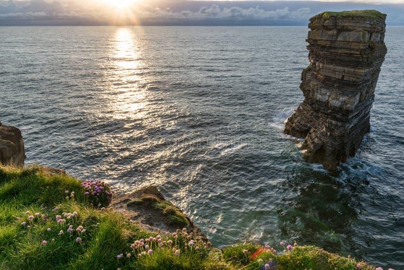 Ηλιοβασίλεμα στο σωρό θάλασσας Dun Briste στοκ φωτογραφίες