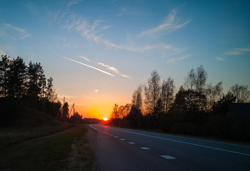 Ηλιοβασίλεμα στο τέλος του δρόμου στοκ εικόνες